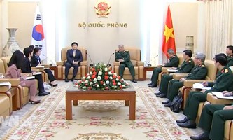 Senior Lieutenant General Nguyen Chi Vinh receives outgoing Director of KOICA in Vietnam